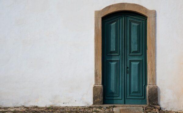 深い緑色の玄関のドア