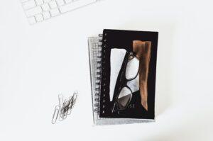 黒いメガネと黒い本